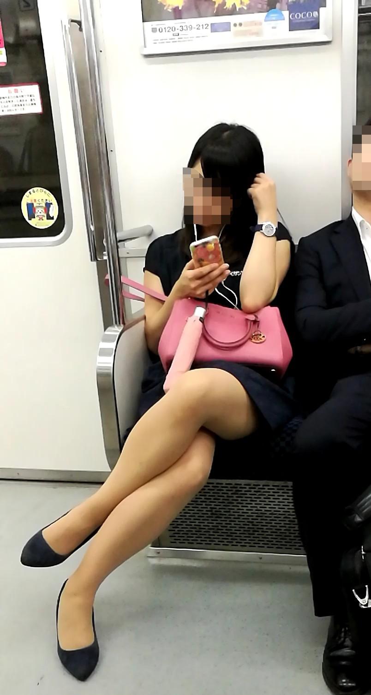 急に飛び込んでくる街中で見る美脚女子のエロ画像33枚・40枚目の画像