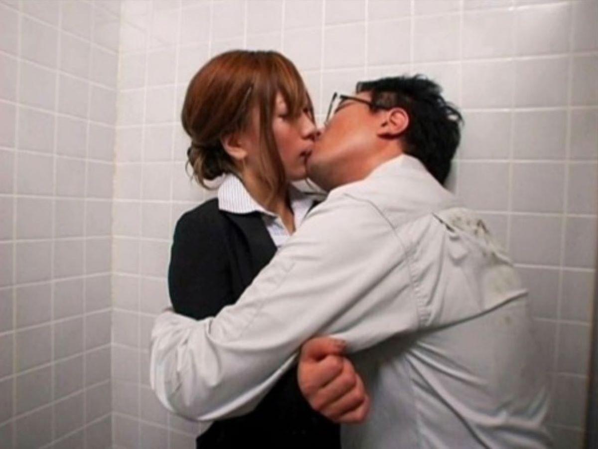 トイレセックスを楽しむカップルのエロ画像20枚・6枚目の画像