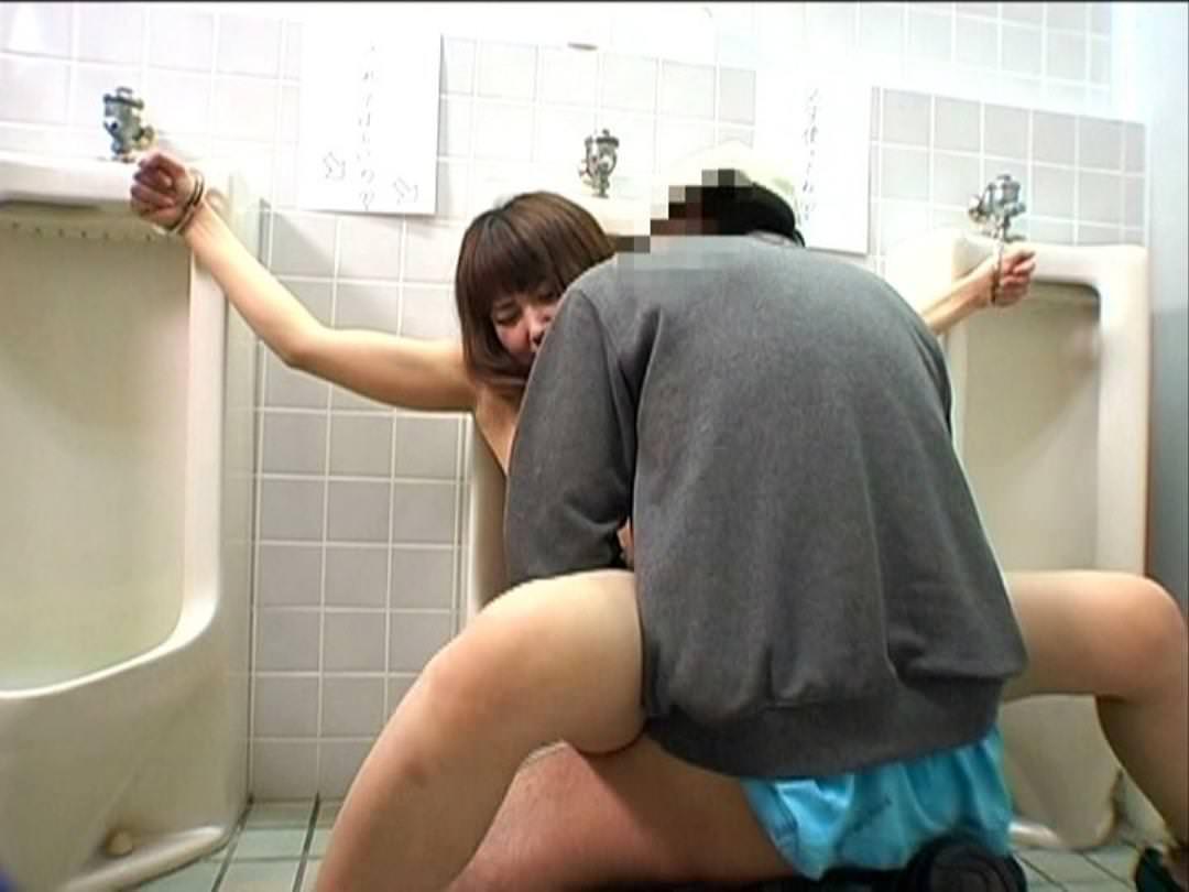 トイレセックスを楽しむカップルのエロ画像20枚・17枚目の画像