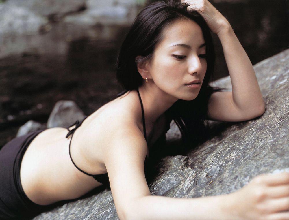 三船美佳(35)の背中ヌードや抜ける水着グラビアエロ画像65枚・17枚目の画像