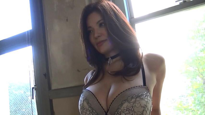 鈴木ミレイ(29)銀座の現役ママの爆乳ヌードグラビア画像50枚・39枚目の画像