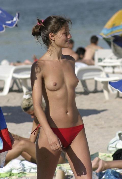 少女も平気で全裸かよwwここ天国だわwww★ヌーディストビーチエロ画像★少女編 m9(`・ω・´)・15枚目の画像
