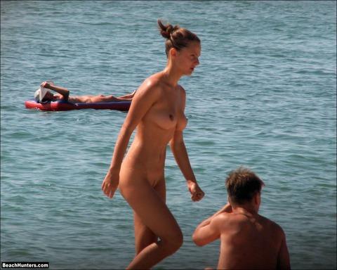 少女も平気で全裸かよwwここ天国だわwww★ヌーディストビーチエロ画像★少女編 m9(`・ω・´)・2枚目の画像