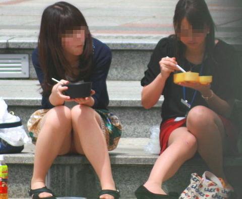 素人の体育座りパンチラ女子★街撮りパンチラエロ画像 m9(`・ω・´)・25枚目の画像