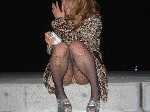 素人の体育座りパンチラ女子★街撮りパンチラエロ画像 m9(`・ω・´)・29枚目の画像