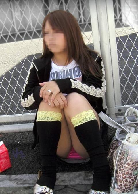 素人の体育座りパンチラ女子★街撮りパンチラエロ画像 m9(`・ω・´)・16枚目の画像