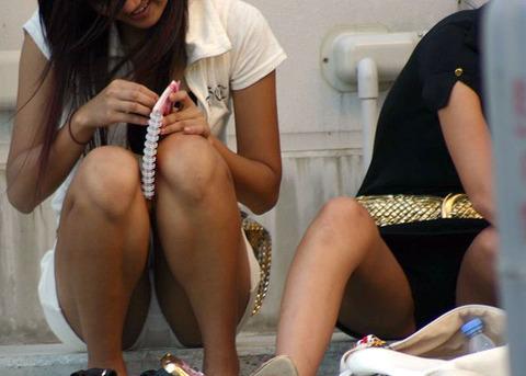素人の体育座りパンチラ女子★街撮りパンチラエロ画像 m9(`・ω・´)・10枚目の画像