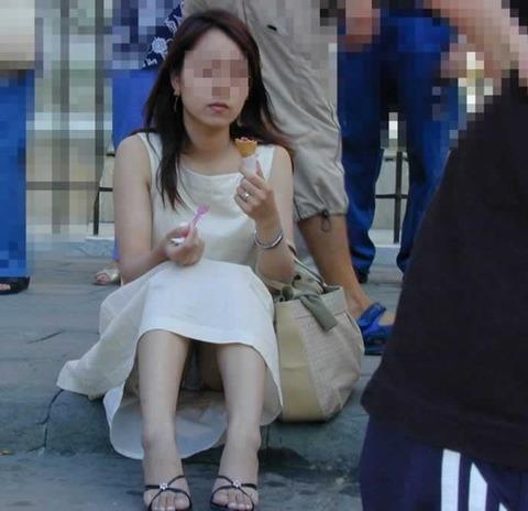 素人の体育座りパンチラ女子★街撮りパンチラエロ画像 m9(`・ω・´)・26枚目の画像