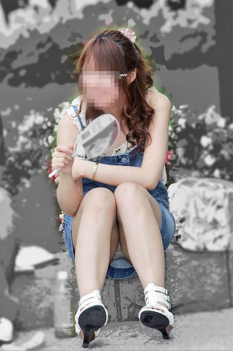 素人の体育座りパンチラ女子★街撮りパンチラエロ画像 m9(`・ω・´)・13枚目の画像