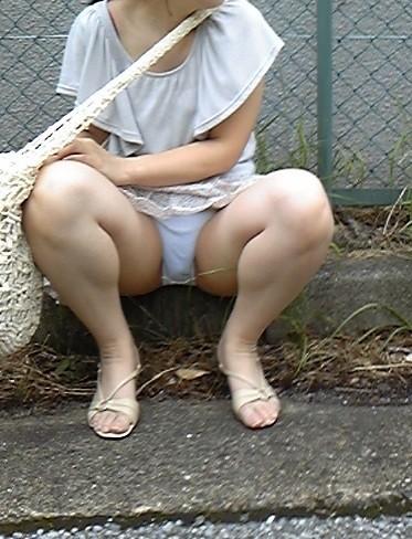 素人の体育座りパンチラ女子★街撮りパンチラエロ画像 m9(`・ω・´)・17枚目の画像