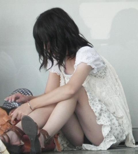 素人の体育座りパンチラ女子★街撮りパンチラエロ画像 m9(`・ω・´)・19枚目の画像