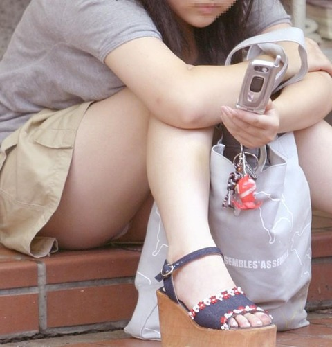 素人の体育座りパンチラ女子★街撮りパンチラエロ画像 m9(`・ω・´)・27枚目の画像