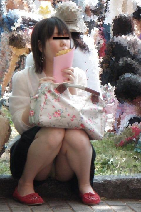 素人の体育座りパンチラ女子★街撮りパンチラエロ画像 m9(`・ω・´)・6枚目の画像