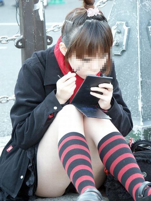 素人の体育座りパンチラ女子★街撮りパンチラエロ画像 m9(`・ω・´)・30枚目の画像