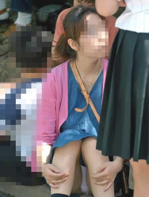 素人の体育座りパンチラ女子★街撮りパンチラエロ画像 m9(`・ω・´)・14枚目の画像