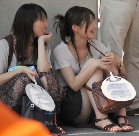 素人の体育座りパンチラ女子★街撮りパンチラエロ画像 m9(`・ω・´)・24枚目の画像