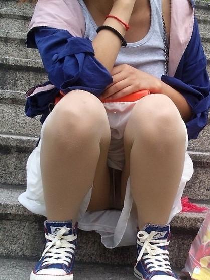 素人の体育座りパンチラ女子★街撮りパンチラエロ画像 m9(`・ω・´)・9枚目の画像