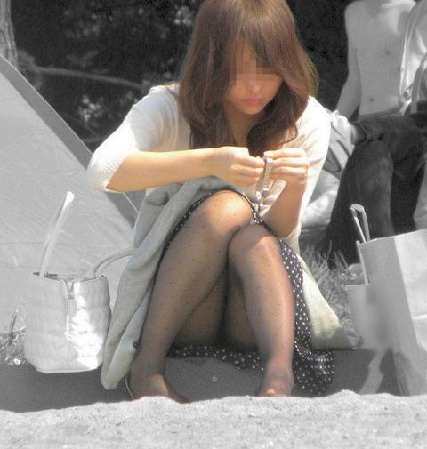 素人の体育座りパンチラ女子★街撮りパンチラエロ画像 m9(`・ω・´)・23枚目の画像