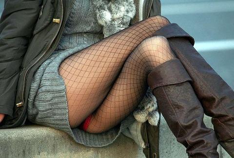 素人の体育座りパンチラ女子★街撮りパンチラエロ画像 m9(`・ω・´)・3枚目の画像
