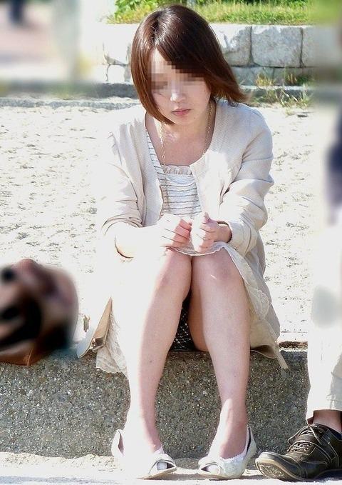 素人の体育座りパンチラ女子★街撮りパンチラエロ画像 m9(`・ω・´)・1枚目の画像