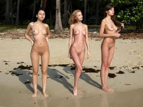 少女もすっぽんぽんになる外国のビーチwwww★ヌーディストビーチエロ画像・7枚目の画像