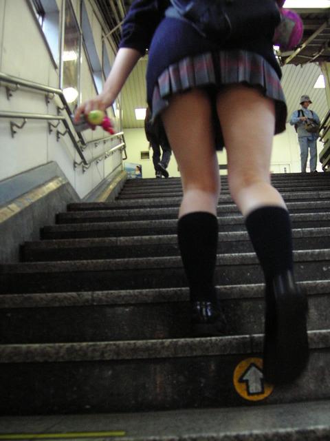 JKの生脚って春夏秋冬エロいよなwwwww★女子高生街撮りエロ画像・33枚目の画像