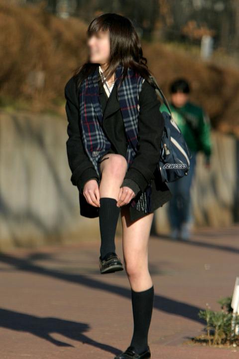 JKの生脚って春夏秋冬エロいよなwwwww★女子高生街撮りエロ画像・17枚目の画像