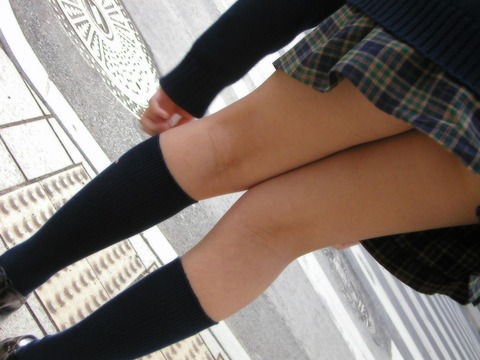 JKの生脚って春夏秋冬エロいよなwwwww★女子高生街撮りエロ画像・23枚目の画像