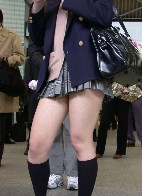 JKの生脚って春夏秋冬エロいよなwwwww★女子高生街撮りエロ画像・13枚目の画像