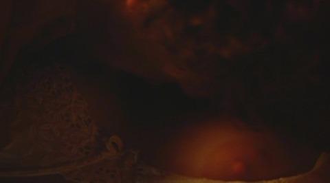リヴ・タイラーさんの形がキレイなおっぱいwwww★リヴ・タイラーエロ画像・10枚目の画像