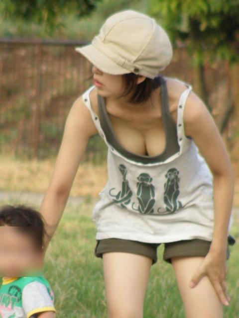 子連れママのゆるい胸元がおかずになりすぎるwwwww★素人胸チラエロ画像・24枚目の画像