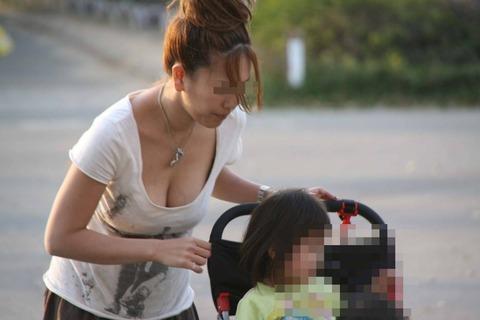 子連れママのゆるい胸元がおかずになりすぎるwwwww★素人胸チラエロ画像・12枚目の画像