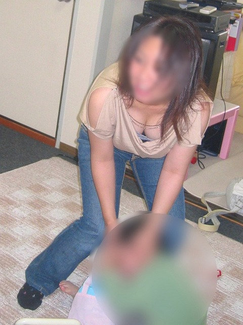 子連れママのゆるい胸元がおかずになりすぎるwwwww★素人胸チラエロ画像・2枚目の画像