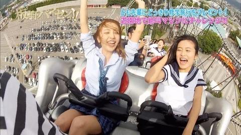 芸能お宝画像★板野と小島のジェットコースターの風圧でおっぱいくっきり見えすぎwwww・8枚目の画像