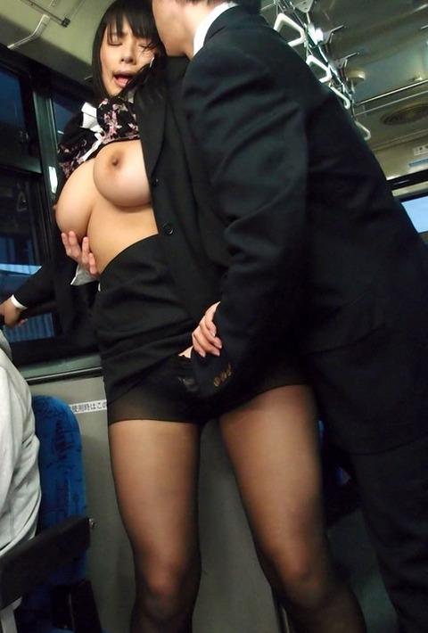 パンツも脱がさず股間を弄られてる女の表情が心なしか酷いwwww★手マンエロ画像・21枚目の画像
