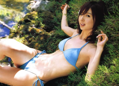 アヒル口はこの人の為にあると言っても過言ではない!篠田麻里子のアヒル口&グラビア画像 その①・8枚目の画像