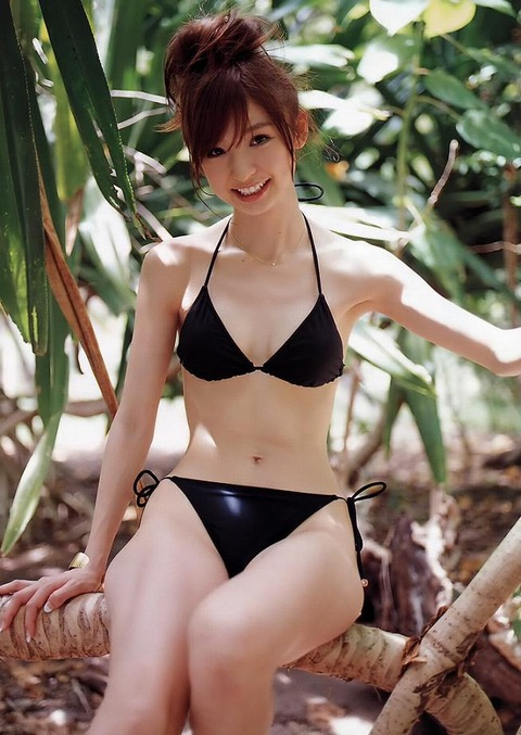 アヒル口はこの人の為にあると言っても過言ではない!篠田麻里子のアヒル口&グラビア画像 その①・9枚目の画像