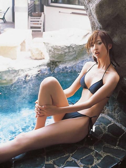 アヒル口はこの人の為にあると言っても過言ではない!篠田麻里子のアヒル口&グラビア画像 その①・13枚目の画像