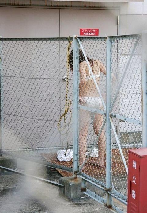 野外で着替えをする女子をうっかり盗み撮りwwww★着替え中エロ画像・22枚目の画像