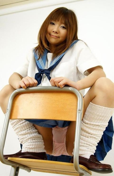 ヤンキー座り、うんこ座りでパンチラwwww★素人・玄人混合パンチラエロ画像・8枚目の画像