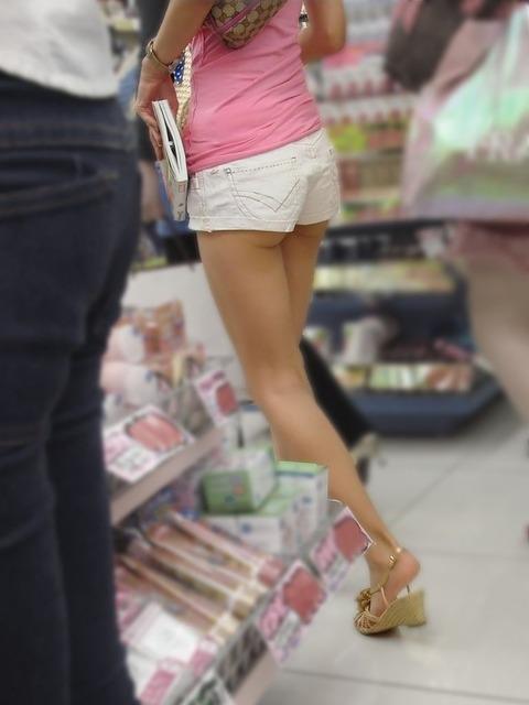 ケツをハミ散らかしながら歩く若いお姉さんの街撮りwwwww★素人街撮りエロ画像・15枚目の画像