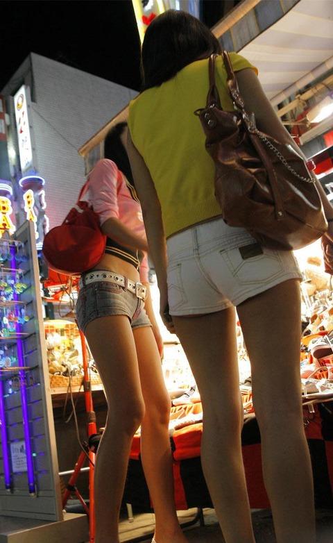 ケツをハミ散らかしながら歩く若いお姉さんの街撮りwwwww★素人街撮りエロ画像・33枚目の画像