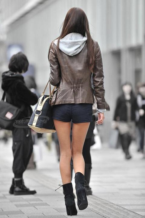 ケツをハミ散らかしながら歩く若いお姉さんの街撮りwwwww★素人街撮りエロ画像・18枚目の画像