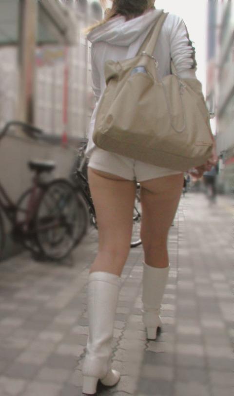 ケツをハミ散らかしながら歩く若いお姉さんの街撮りwwwww★素人街撮りエロ画像・25枚目の画像