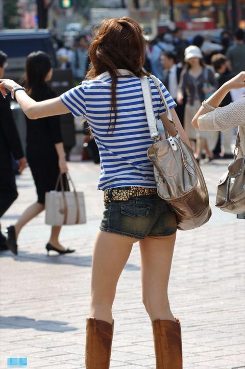 ケツをハミ散らかしながら歩く若いお姉さんの街撮りwwwww★素人街撮りエロ画像・20枚目の画像