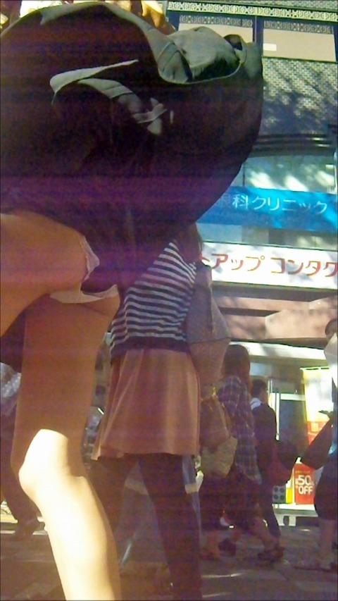 神風でスカートの中が丸見えwwwww★素人パンチラエロ画像・15枚目の画像
