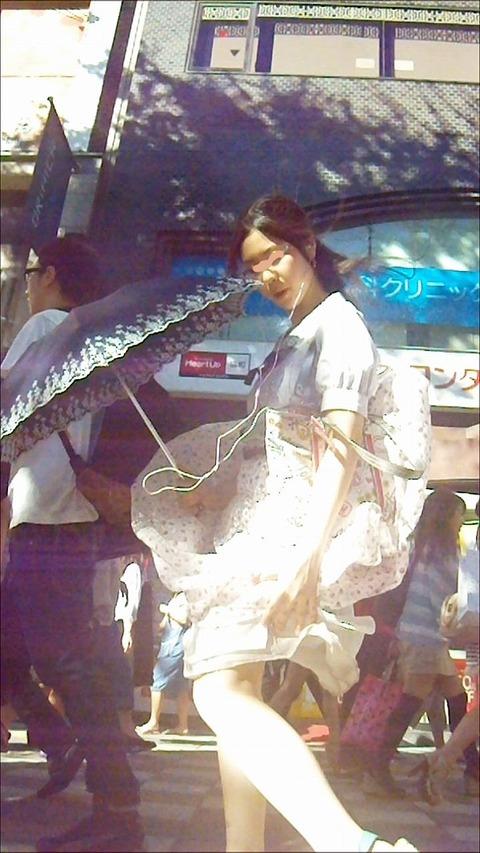 神風でスカートの中が丸見えwwwww★素人パンチラエロ画像・13枚目の画像