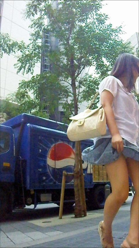 神風でスカートの中が丸見えwwwww★素人パンチラエロ画像・20枚目の画像