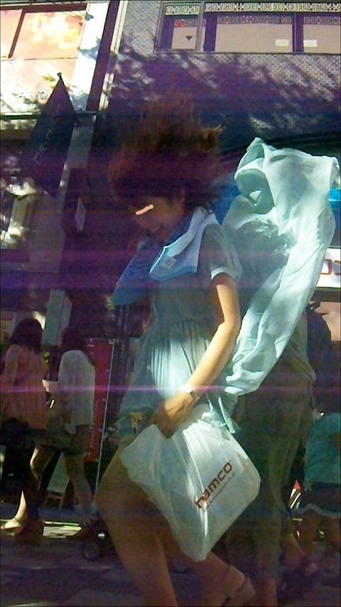 神風でスカートの中が丸見えwwwww★素人パンチラエロ画像・14枚目の画像