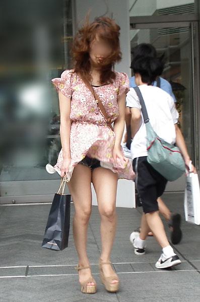 神風でスカートの中が丸見えwwwww★素人パンチラエロ画像・23枚目の画像